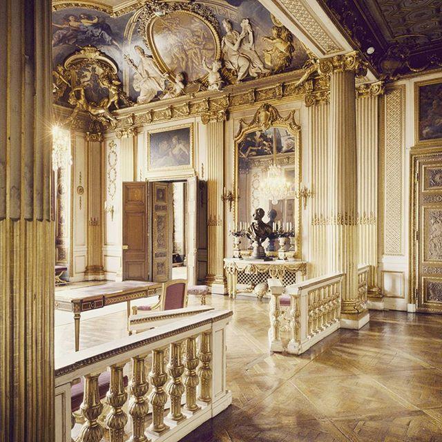 Besök de Kungliga Slotten! Kungliga Slottet i centrala Stockholm är Kungens officiella residens och stora delar av Kungafamiljens representation äger rum här. Slottet är även en daglig arbetsplats för Kungafamiljen och för de ämbeten som ingår i Kungl. Hovstaterna.  Med denna kombination av kunglig representationsbostad, arbetsplats och kulturhistorisk monument öppet för besökare året om är Kungliga Slottet unikt bland Europas kungliga residens.  Slottet är byggt i barockstil av arkitekt…