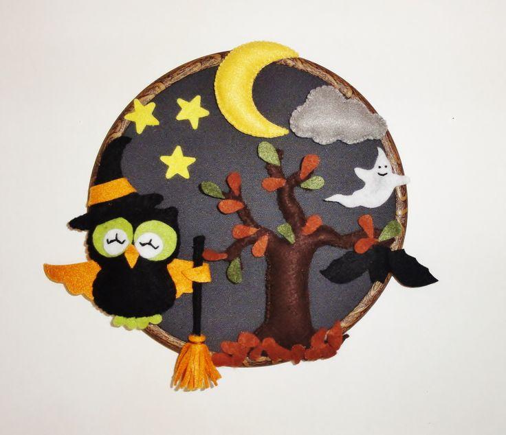 Entièrement réalisée à la main cette décoration d'Halloween ornera votre porte ou votre mur pour fêter l'événement le 31 octobre prochain !  Plaque de porte ou décoration en feutrine et tissu de coton. Monsieur hibou , l'arbre, la lune et le nuage sont légèrement rembourré de ouatine pour un effet en relief.  Diamètre du cercle d'environ 19 cm.