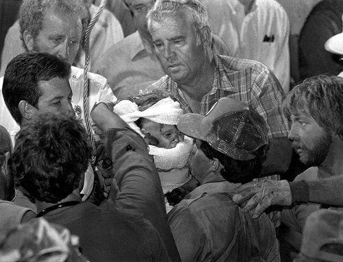Premio Pulitzer de fotografía de 1988  Para Scott Shaw por su foto de Jessica McClure tras ser rescatada del pozo al que cayó