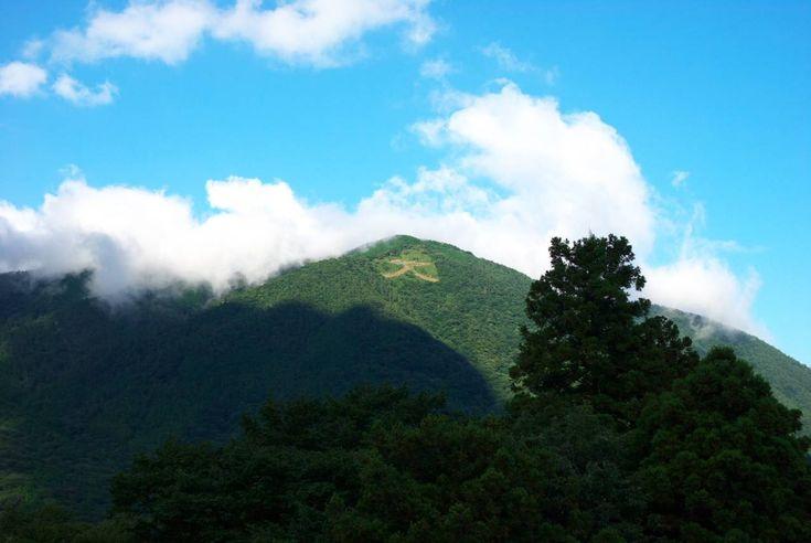 woinary東京からもアクセスしやすい温泉地、箱根は、関東でも人気のある観光地です。箱根では、四季折々の豊かな自然に合わせたイベントや伝統行事が行われています。観光名所や温泉などを楽しみに訪れるだけではなく、イベントや行事に合わせて出掛けるのもおすすめです。1.箱根駅伝 (1月2日・3日) 箱根駅伝は、関東学連加盟大学によって争われる駅伝大会。前年度の大会でシード権を獲得した大学と予選会を勝ち抜いた大学が出場します。東京都の読売新聞東京本社ビル前から出発し、神奈川県の箱根町にある芦ノ湖までを往復します。毎年1月2日に往路、1月3日に復路の2日間で争われます。 テレビでも放映され、正月の風物詩ともいえる大会です。http://blogs.yahoo.co.jp/totosese2008/57790856.html ■ 基本情報 ・期間: 1月2日・3日 ・公式サイトURL: http://www.hakone-ekiden.jp/ 2.小涌園つつじまつり (5月第2日曜日) 5月中旬から下旬は、箱根でつつじが見...