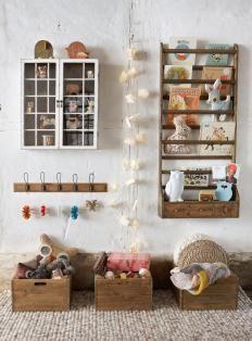 bois brut et blanc + petite vitrine + patères + bibliothèque murale + bacs en bois