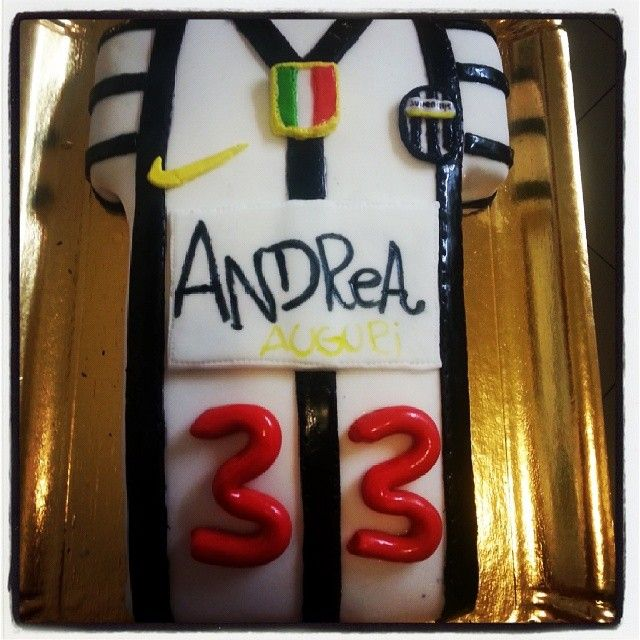 #juventus #shirt #maglia #soccer #football #cake #cakedesign #birthday #compleanno #celebration #mordimibyemme #italian #torta