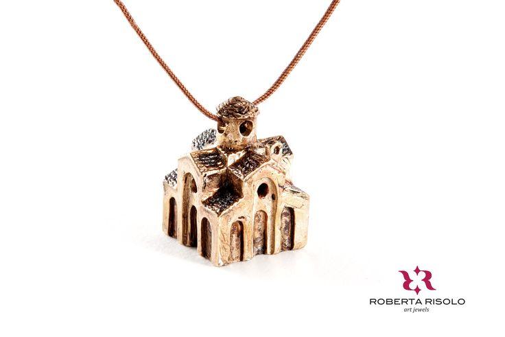 Collana S. PIETRO   Ottone anticato, metallo, cordoncino nylon cm 45 regolabile  La Chiesa bizantina tra le più rappresentative, si trova nel centro storico di Otranto, ha la pianta quadrata a croce greca, risalente al IX secolo.
