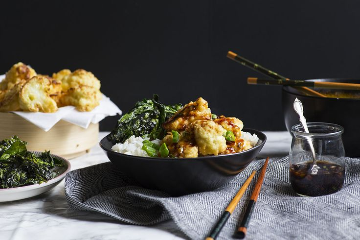Doux et épicé, le poulet général Tao a longtemps été un favori des plats à emporter chinois. Nous avons gracieusement accepté le défi de recréer cet emblématique plat à la maison, en le rendant par ailleurs 100% végétarien! Des fleurets de chou-fleur, d'abord légèrement panés, puis frits à la poêle jusqu'à être magnifiquement dorés, sont le remplaçant idéal du poulet. La vraie magie se produit lorsque la sauce soya sucrée, la sauce chili douce, l'huile de sésame et les aromates ra...