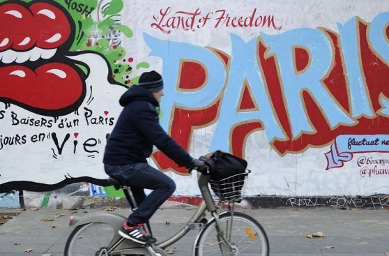 Mientras Paris se recupera de los peores ataques que Francia ha atestiguado desde la Segunda Guerra Mundial, sus artistas callejeros tomaron los muros y vallas publicitarias de la ciudad para dejar mensajes desafiantes. Nov 27, 2015.