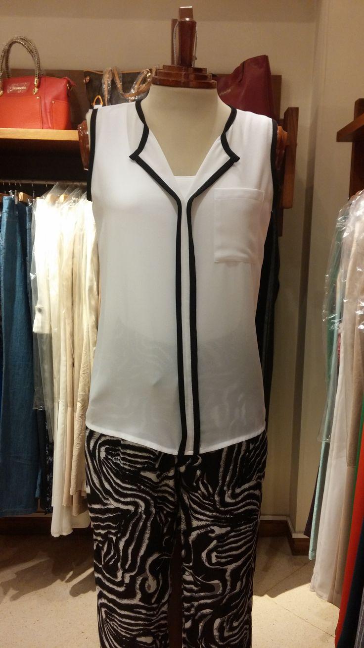 Te presentamos para esta semana este espectacular pantalón estampado en blanco y negro con camisa de maga corta.