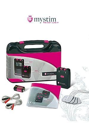 Malette Mystim Pure Vibes. La malette contient : -un mode d'emploi -un batterie 9V -2 câbles pour électrodes auto adhésives -un boitier de commande analogique -Et en Cadeau, 4 électrodes auto adhésives !