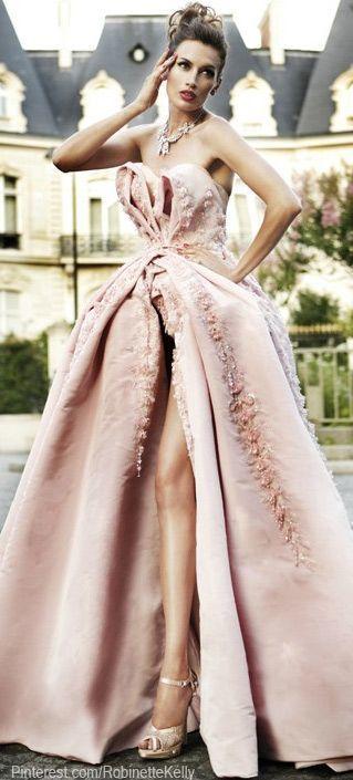 深めスリットでデザイン性の高い、クリスチャン・ディオールのエレガントドレス! ハイブランドのカラードレス・花嫁衣装まとめ。