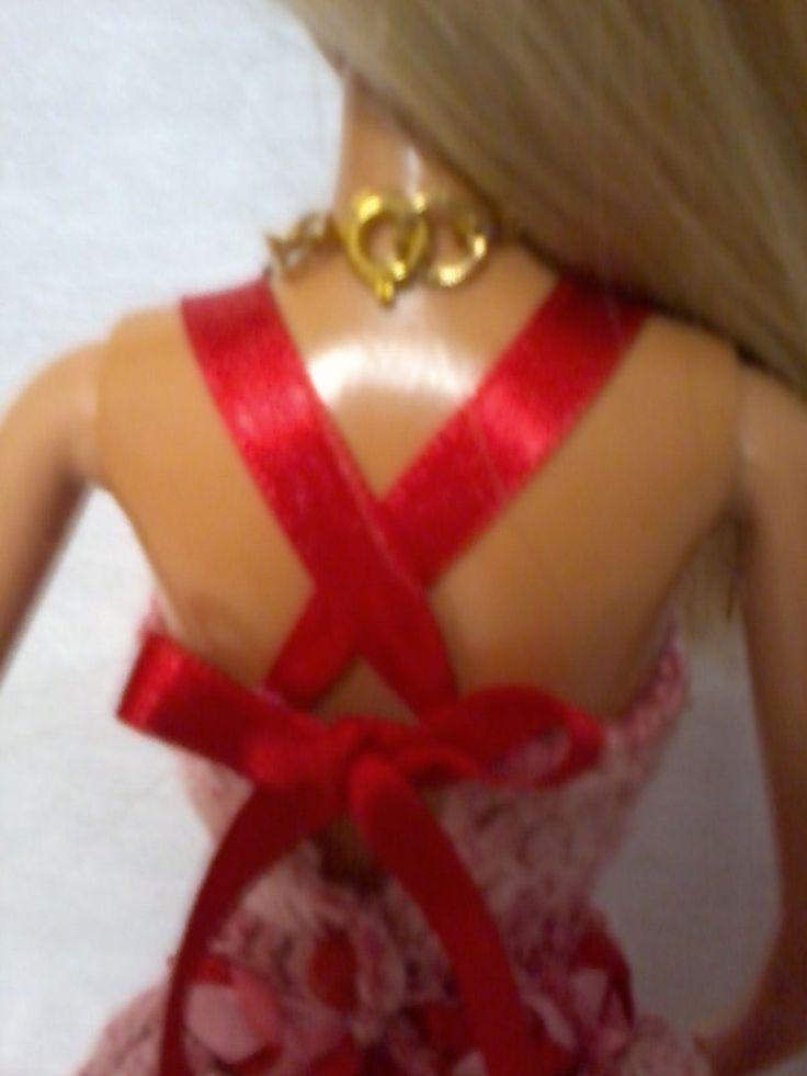 Vestido todo em croche, feito com linha vermelha mesclada 100% algodão, saiote em filó e forro em tecido, Atraz tem um botão com alça de fita de setim cruzando na costa e dando um laço, acompanha um maxi colar de três voltas   feito com miçangas peroladas.