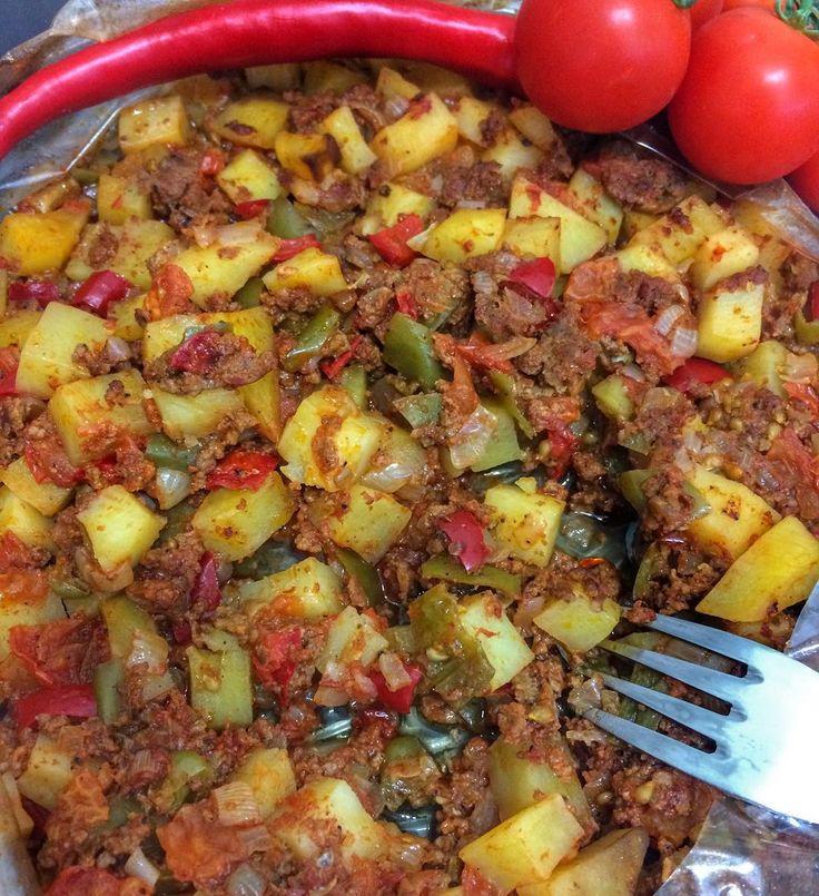 Hayırlı huzurlu akşamlar herkese 🌸 Tam bir kurtarıcı yemek,üstelik taş fırında pişmiş kadar lezzetli,kesinlikle deneyin👌🏻😍 SAÇMA TAVA: Yarım kg yağlı dana döş kıyma 3 tane orta boy patates 3 tane çarliston biber 1 tane kırmızı biber 3 tane büyük boy kurusoğan 1 tatlı k.biber salçası 1 tatlı k.domates salçası 1 büyük boy domates 2-3 parça tereyağı Tuz,karabiber Yanmaz fırın torbası 🌿🌿🌿 📍Büyük bir tepsinin içine kıyma,küp küp kesilmiş patates,kuru soğan,domates,biberler ile…