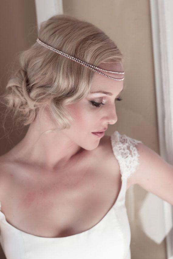 Estilo anos 20 com tiara de strass! Para as noivas que querem esse look, aqui vai a dica: esse tipo de tiara é fácil de encontrar em lojas de acessórios. Dá até para comprar pela internet.