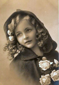 .Little Girls, Little Red, White Rose, Red Riding Hood, Vintage Photos, Vintage Children, Victorian Beautiful, Vintage Beautiful, Vintage Girls