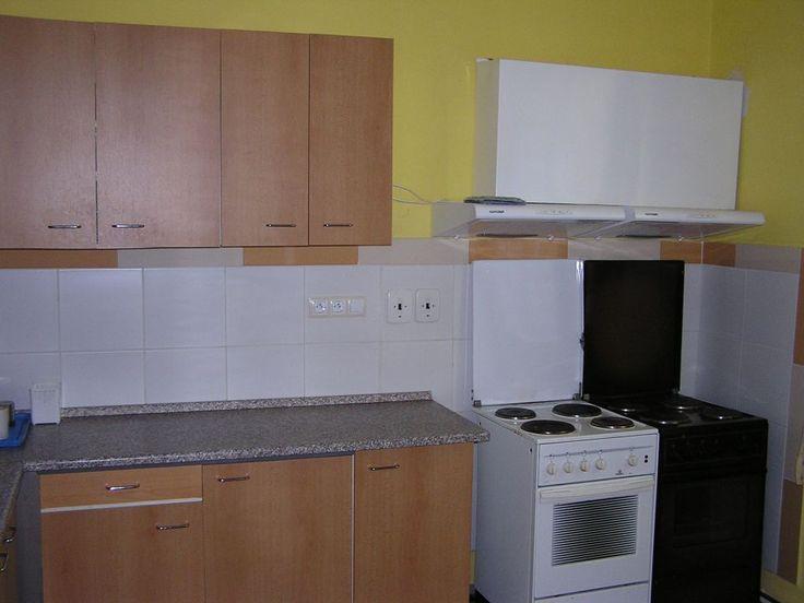 kuchyňka - 2 sporáky, lednice, mikrovlnka, rychlovarná konvice