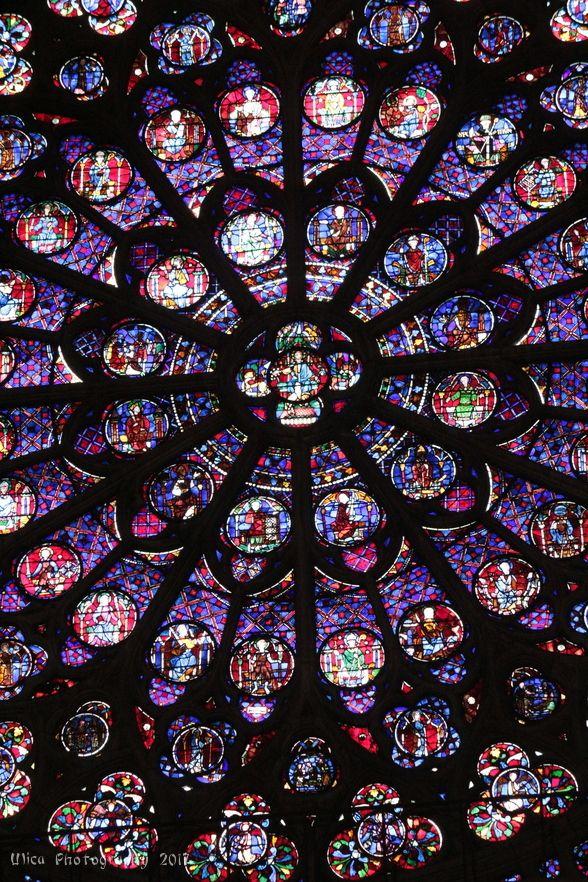 Buona domenica a tutti! :) Il rosone della cattedrale di Notre-Dame di Parigi, visto dall'interno....