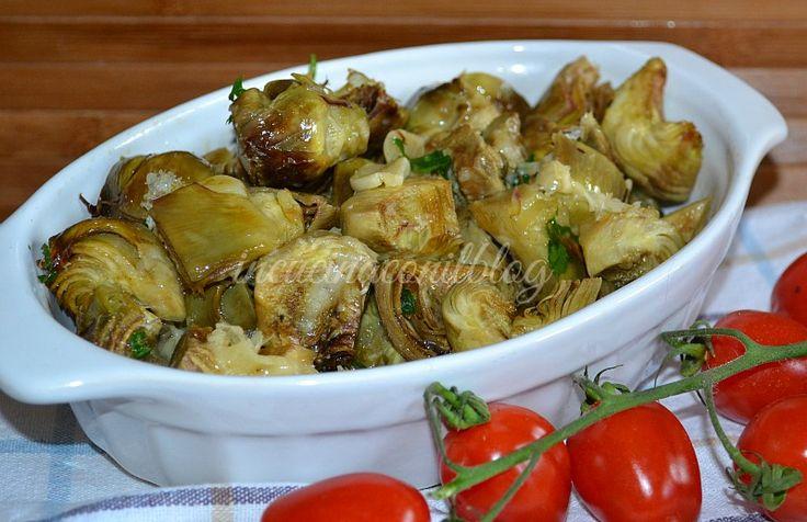 Un contorno semplice, cotto al forno . Ingrediente principale è il carciofo condito con aglio , olio e pepe, profumato al prezzemolo e questa volta un tocco in più per esaltarne il gusto. Una spruzzata di aceto. I CARCIOFI AL FORNO sono una delizia.