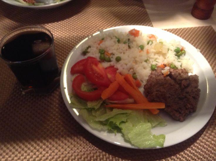 Homemade #hamburger meat, white rice with vegetables, #carrot #tomatoes and #lettuce salad and diet coke! :D  Carne de #hamburguesa casera, arroz blanco con verduras, ensalada de #zanahoria #jitomate y #lechuga, y coca light!! :D