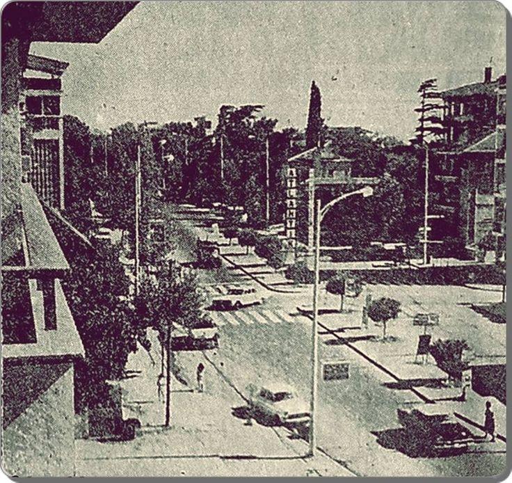 Şaşkınbakkal, sağ arkada Atlantik sinemasının reklam panosu görülmekte veya meze salonu o zamanlar birde Atlantik meze salonu bulunmakta idi Beyoğlu'nda...1960 lar