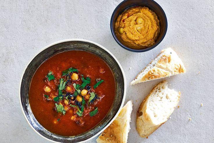 Pompoensoep met een mediterraan tintje. Lekker met Turks brood en hummus. - Recept - Allerhande