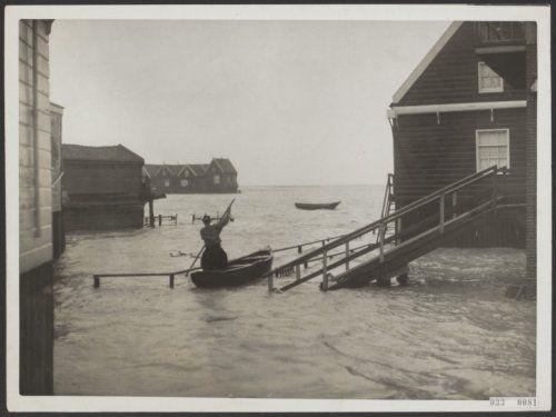 Door de aanhoudende storm is Marken overstroomd 1929