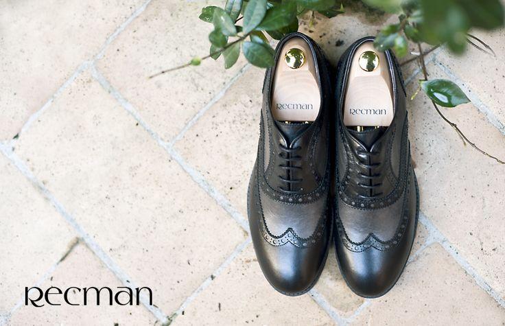 """Brogsy to najbardziej klasyczny i uniwersalny model obuwia. Ich cechą charakterystyczną są zdobienia wzdłuż krawędzi buta. Niektóre modele mogą mieć na czubku 'dziurki' w kształcie rozety. Brogsy idealnie pasują zarówno do garniturów, jak i do stylizacji w stylu """"smart casual"""". W tym sezonie w salonach Recman znajdziecie model A056, z najmodniejszym w tym sezonie połączeniem dwóch rodzajów skór. Czekamy w salonach Recman."""