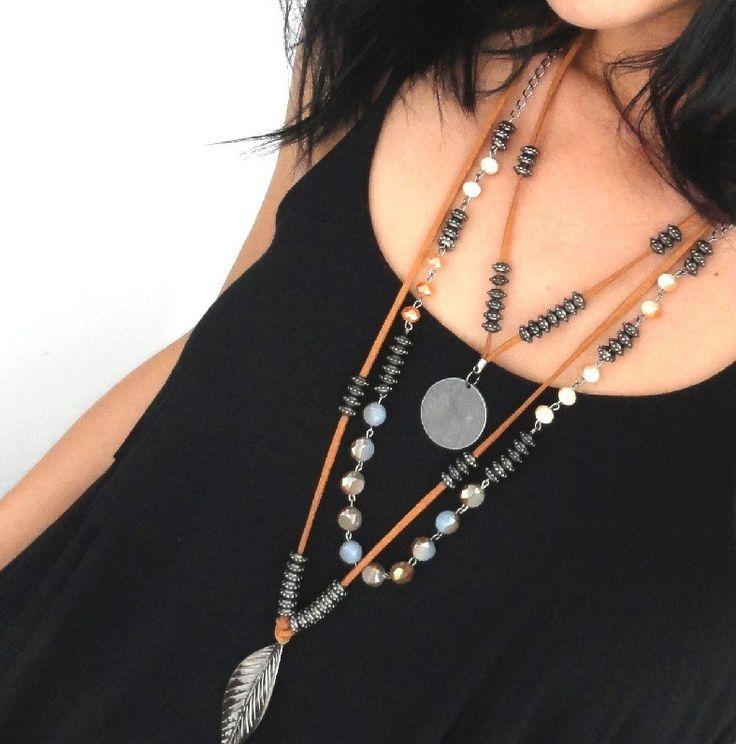 Colar estilo boho chic confeccionado com cordão de camurça, cristais, pingentes banho ônix e prata velho.