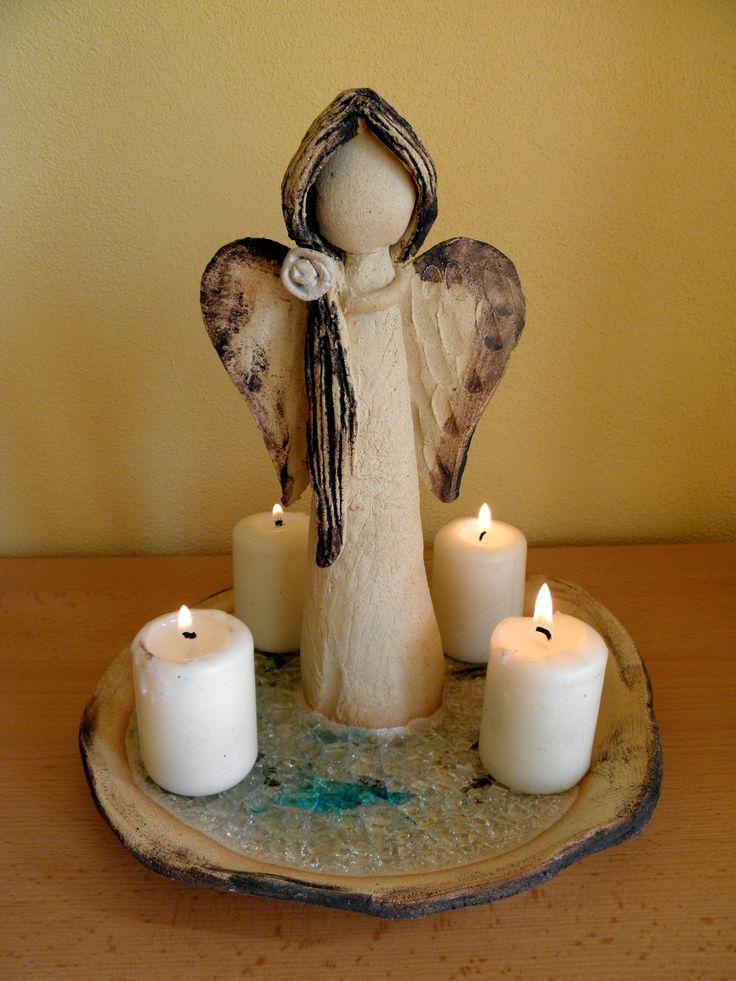 Andělský svícen Šamotová hlína, zdobená tavným sklem. Výška cca 23 cm.