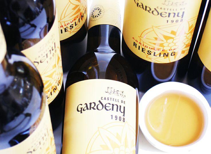 Riesling wijnazijn  Deze azijn is geproduceerd met Riesling wijn uit Lonsheim, Rheinessen met 12 maanden frans eiken hout lagering.   Te omschrijven als filmend, zacht met aroma's als fruit en toast.  Haar veelzijdige toepassingsmogelijkheden maakt haar uitermate geschikt te combineren met tropische fruit salades, of in saus om zeebarbelen (zoals rode mul ) te begeleiden.  Deze azijn is ook zeer goed toepasbaar bij fruit desserts, zoals ananas carpaccio