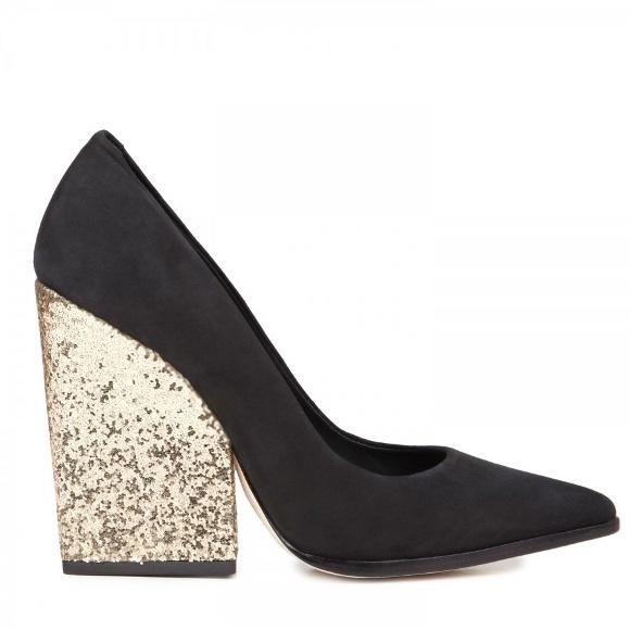 Lima Sepatu Berhak Jumbo Paling Inspiratif - Bulan ini, manjakan diri dengan sepasang sepatu sensasional yang nyaman untuk dikenakan. Bukan hanya itu, sepatu dengan hak berukuran jumbo pun tengah menjadi sorotan tren mode musim ini. Bazaar…