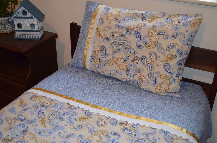 Jogo de Cama Solteiro. <br>Confeccionado em tecido 100% algodão ( Tricoline Maluhi) <br>Contém: <br>- 1 Lençol de elástico medindo 1,90 x 0,90 x 0,17 m <br>- 1 Lençol de Cobrir com vira feita decorada com bordado inglês e fita de cetim dourada, medindo 2,20 x 1,44 m <br>- 1 Fronha combinando com a vira do lençol de cobrir, decorada com bordado inglês e fita de cetim dourada, medindo 0,50 x 0,70 m <br>A quinta foto do produto mostra sugestão do jogo de lençol com outras almofadas de nossa…