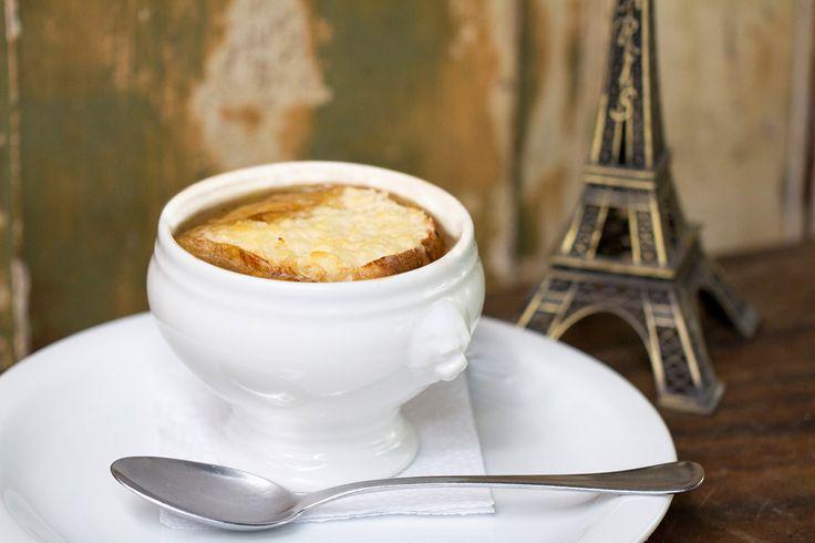 A sopa de cebola está no cardápio do restaurante Mercearia do Francês é um bistrô localizado em Higienópolis, em São Paulo.