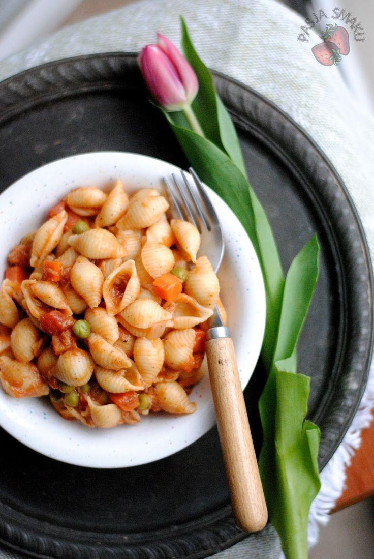 Kolejny makaron na szybko, z opcją wykorzystania zalegającej w zamrażalce mrożonki w postaci marchewki z groszkiem. Do tego pomidory i tuńczyk.  Składniki: 1 puszka tuńczyka 200 g mrożonki marchewka z groszkiem 1 puszka pomidorów krojonych 3/4 opakowania makaronu muszelki 1 cebula 2 ząbki czosnku sól, pieprz bazylia chili olej Wykonanie: Makaron ugotować al dente w osolonej wodzie. Na patelni podsmażyć posiekaną cebulę i czosnek. Dodać pomidory i smażyć przezCzytaj dalej...