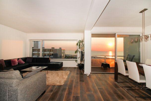 Karel Doormanstraat 8F8; WAUW WAT EEN UITZICHT!! Dit verzorgde en royale 3- (voorheen 4-) kamer appartement met zonnig balkon op het zuidwesten en 2e balkon op het noordoosten is gelegen op de 4e (tevens hoogste) verdieping, direct gesitueerd aan de boulevard van Zandvoort, met fraai panoramisch zeezicht. De berging bevindt zich in de onderbouw.