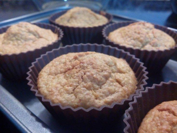 INGREDIENTES 500 g de maçã sem casca 60g de açúcar amarelo ou mascavado 150g de manteiga 4 ovos 80 g de mel 300 g de farinha 1 colher de chá de canela em pó 5 g de fermento para bolos Açúcar em pó e canela para polvilhar PREPARAÇÃO Coloque no copo: maçã>5 seg/vel 5 Retire