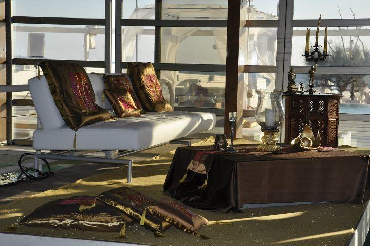 matrimonio sulla spiaggia in stile arabo allestimento divani
