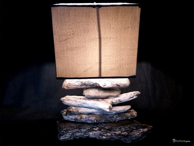 Lampe bois flotté classique / Apercu n 6 Lampe de taille moyenne en bois flotté sur un thème gris souris agrémentée d'un abat-jour carré.  Bois : Bois flotté récolté sur les plages du Finistère sud. Le bois a été nettoyé et assemblé sur une tige creuse (invisible). Aucun traitement.  Abat-jour : Abat jour carré gris souris de 20 cm de coté  Eclairage : Diffusion sous abat-jour. Créé avec une ampoule LED 12 volts 18 LEDs à 360 degrés. Rendu: 6000 ° K Consommation: 4.5W rendu : 25W  Energie…