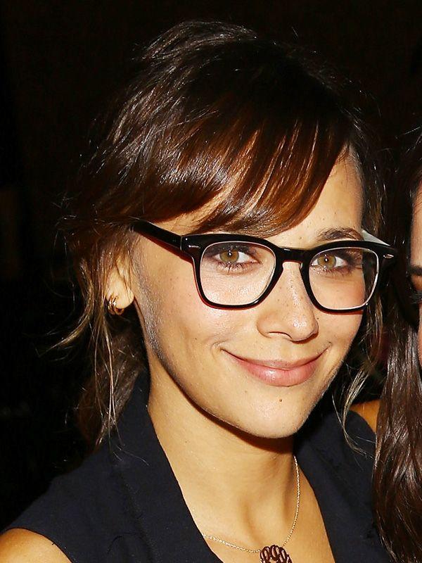 Die Nase kleiner wirken lassen mit Hilfe der Brille funktioniert mit einem sogenannten Schlüssellochsteg, den wir hier an der Brille von Schauspielerin