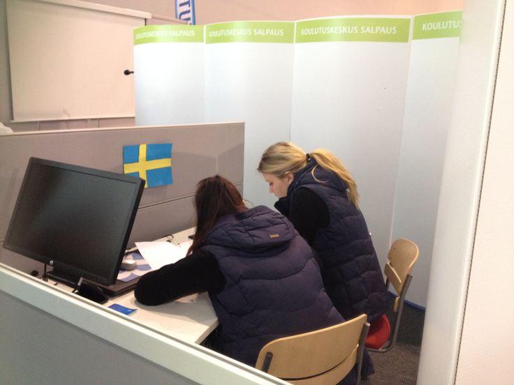 Helena Puttonen ja Lotta Syvänen suorittamassa laskenta tehtävää. Tytöt tulevat Tampereen seudun ammattiopistosta.