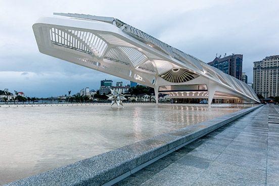リオデジャネイロの海辺、水盤の上に張り出した大きな翼のような構造体は、サンティアゴ・カラトラバが設計した〈ミュージアム・オブ・トゥモロー〉。 もっと見る