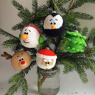 Quick and easy to make. These are wonderful Christmas decorations: a head of a snowman, Santa, Pinguin, reindeer and tree. The pattern is a free PDF download on Ravelry.