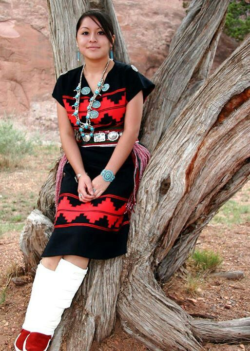 Young Navajo Women in traditional Navajo rug dress ...
