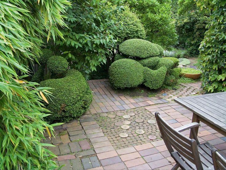 I den trädgård som Ulla Molin (1909–1997) skapade i Höganäs bildas ett lugn genom det återhållna valet av växter och färger. De olika formerna på växter och variationen av material och form på möbler samt beläggningar gör att trädgården ändå känns livfull och varierad.