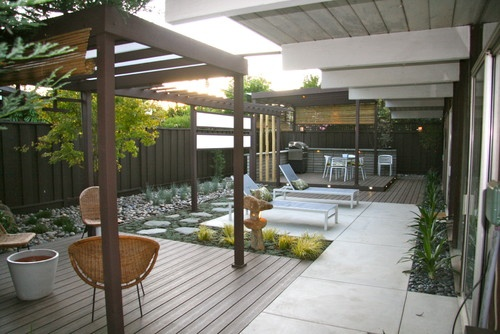 Notice combination of cement, deck, & planted rectangular spaces - all level with each other. Also, scale (not a giant back yard) Courtyard feel. (Haramaki residence, mscape design.) http://www.houzz.com/photos/434546/Haramaki-residence-modern-landscape-san-francisco#