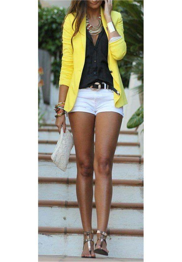 Veste jaune + chemise noire + short blanc + sandales dorées. Le look à shopper >> http://www.taaora.fr/blog/post/look-ete-veste-tailleur-jaune-short-court-blanc-chemise-noire-nu-pieds-dores
