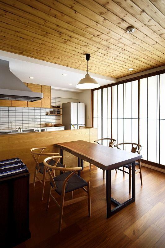 築16年 マンションリノベーション、マンションリノベーション事例。柔らかな陽光でくつろぐ住まい。お客様のご希望は、LDKを広くすることと、和風モダンの雰囲気を感じられる住まい。リビングは和室の一部を取り込むことと、キッチンをオープンにすることで開放的な空間にしました。床と天井は無垢材に、窓にはカーテンではなく障子を使うことで、和モダンの雰囲気に… 。既存で使えるものは生かしたいということから、収納などはそのままに、扉のみ変えることでコストを抑えながら好みのイメージにしています。各部屋の壁は一面のみ好きな色に塗りたいとのことで、塗装用のクロスを貼り、お客様が自分で塗装して楽しめるようにしています。