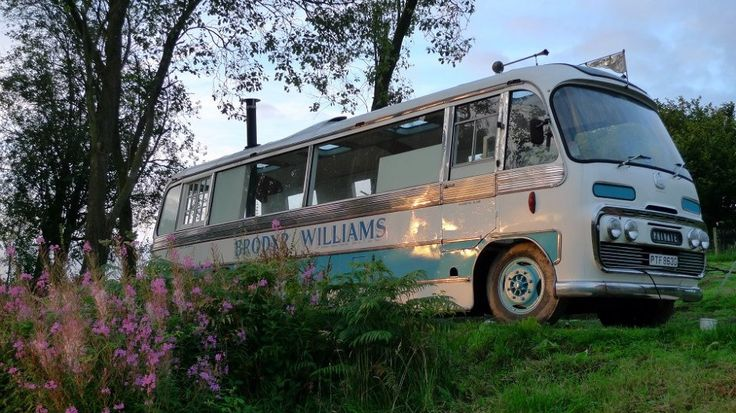 Casal transforma ônibus abandonado em uma linda casa