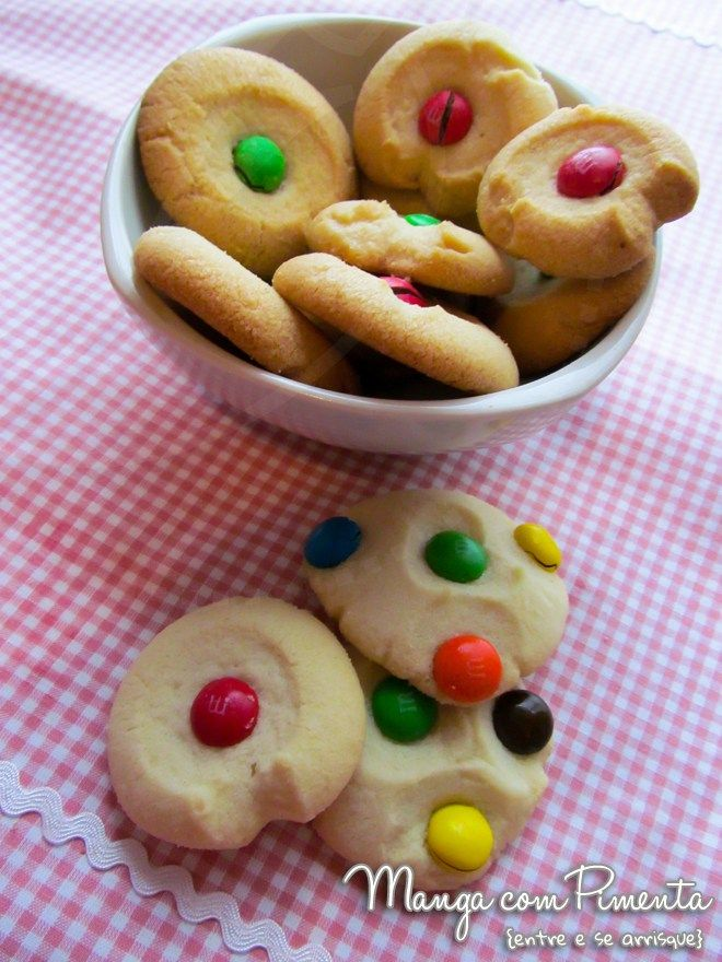 Biscoitos Amanteigados M&M, perfeitos para o lanche da criançada. Clique na imagem para ver a receita no blog Manga com Pimenta.