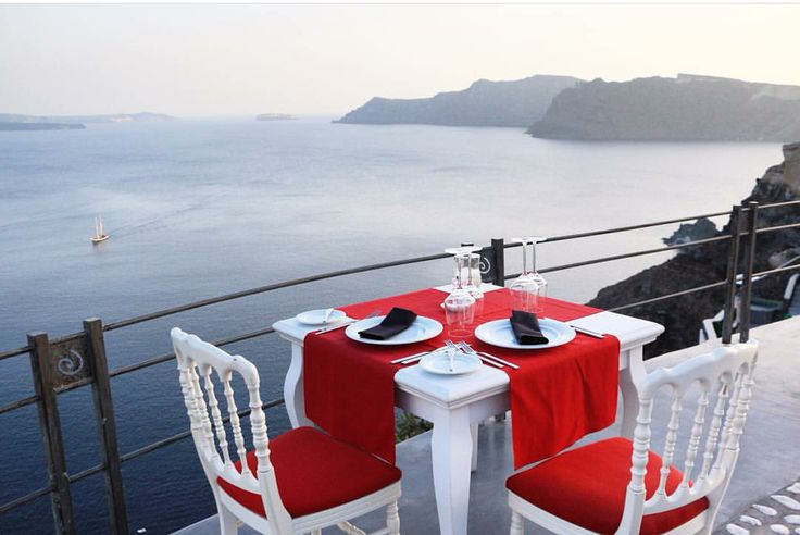 Tag someone you would like to share a romantic dinner with and enjoy this breathtaking view.