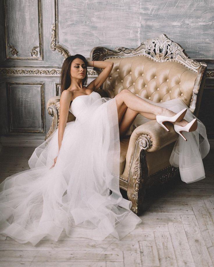 """Это оригинальное платье с воланами от новозеландского бренда Boom Blush напоминает по стилю и силуэту свадебные платья 2017 от Hayley Paige (Хейли Пэйдж), Vera Wang (Вера Вонг) и Watters (Ваттерс) и представлено эксклюзивно в салоне """"Фата и Перья"""". Подходит для тех у кого свадьба в стиле лофт, рустик, бохо, марсала, шебби шик, прованс, тиффани, ретро, париж, эко, сказка."""