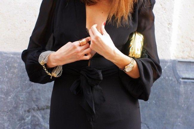 Outfit con mono negro de Uterque y clutch dorado.por The Highville.  Black jumpsuit and golden clutch by The Highville.  https://thehighville.com/blog/como-vestir-elegante/#more-12018
