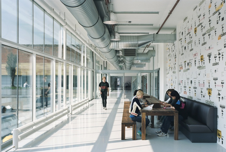 industrieel plafond, rust in kleur, industriële radiatoren, smalle kozijnen